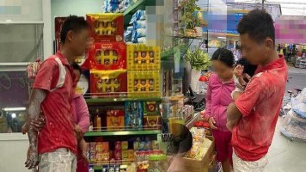 Người thợ xây lấm lem sơn vữa bồng trên tay đứa con thơ, hạnh phúc đưa vợ đi mua sữa