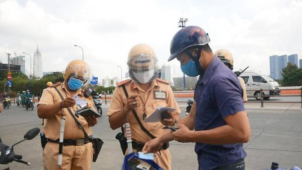 Người dân TP.HCM ngỡ ngàng khi bị CSGT yêu cầu dừng xe kiểm tra