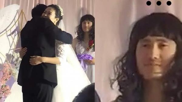 """Đám cưới nhưng không có phù dâu, cặp đôi đánh bạo mời nhân vật chẳng ai ngờ, nhan sắc của """"người lạ"""" này mới gây chú ý"""
