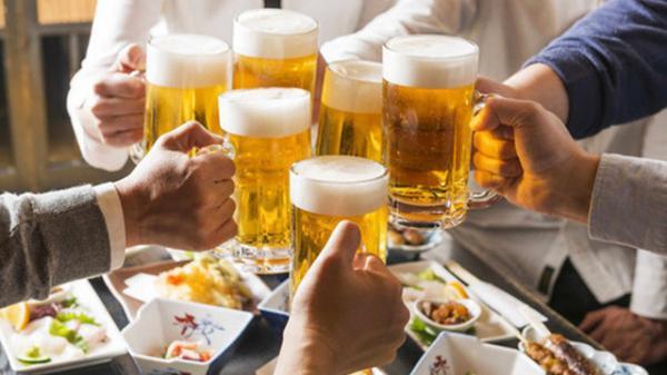 """Xin nghỉ việc vì sếp """"ép"""" đi tiếp khách, uống rượu bia quá nhiều, quyết định của nữ nhân viên ngân hàng được CĐM ủng hộ nhiệt liệt"""