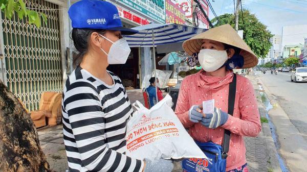 Nhiều người chạy xe ôm, bán vé số,.. tại TP.Phan Thiết được nhận hỗ trợ