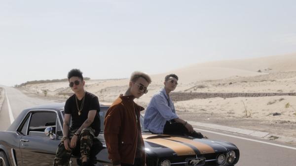 Bộ ba ca sĩ triệu views 'chịu chơi' phơi nắng giữa sa mạc ở Bình Thuận để quay MV mới