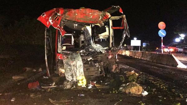 Xe khách tông đuôi xe container vỡ nát, 12 người trọng thương