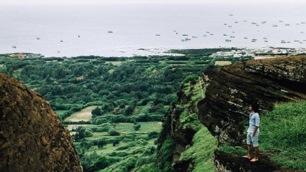 Đến đảo Phú Quý check in mạo hiểm bên vách đá Cao Cát lộng gió, cao vời vợi