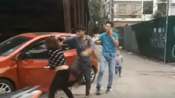 Phẫn nộ người chồng túm tóc, đánh vợ giữa đường mặc con nhỏ gào khóc