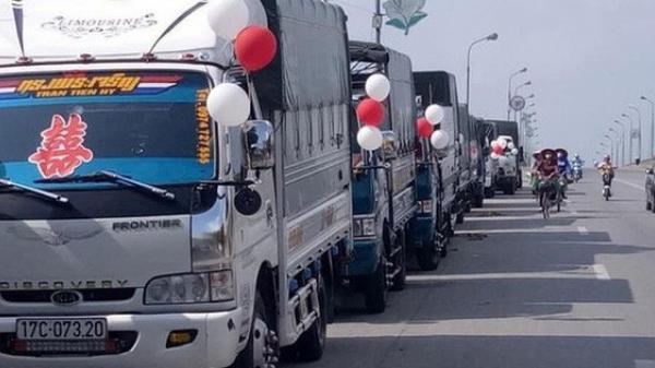 Dùng xe hơi xưa rồi, huy động nguyên một dàn xe tải để đón dâu như đám cưới này mới 'CHẤT'