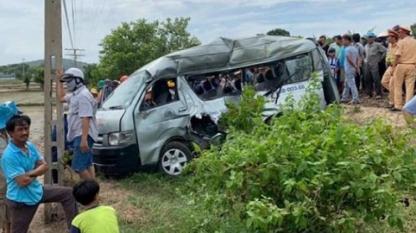 Chuyến đi định mệnh của 2 cô gái trên xe 16 chỗ bị tàu hỏa hất văng