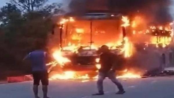 Xe giường nằm bất ngờ bốc cháy dữ dội, hàng chục hành khách hoảng loạn tháo chạy