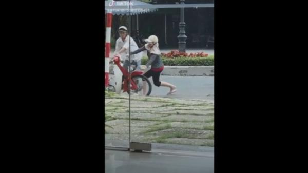 Xôn xao video vợ hung hăng đạp đổ xe máy sau trận cãi vã, chồng cố giữ bình tĩnh để không đánh trả