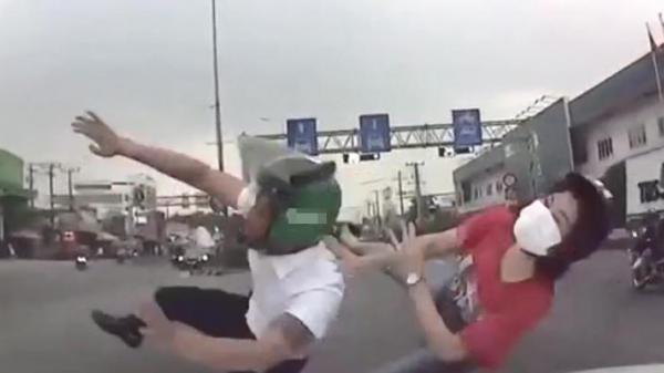 C.l.i.p: Vượt đèn đỏ, đôi nam nữ bị ô tô đ.âm bay lên trời ngã lăn xuống đất