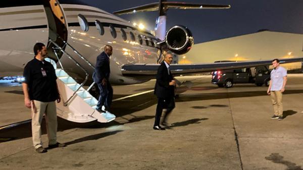 Cựu TT Mỹ Obama bất ngờ đáp chuyên cơ riêng xuống sân bay Tân Sơn Nhất