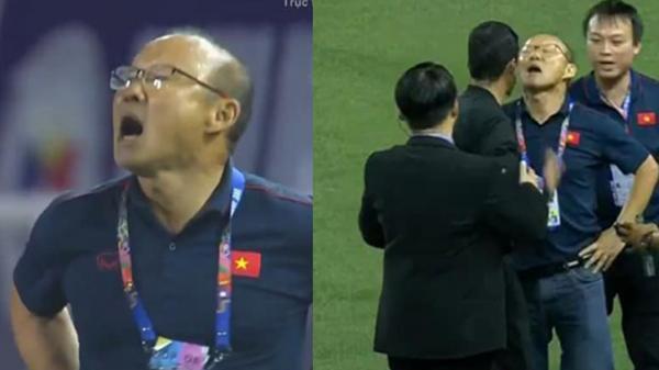 """Hình ảnh """"xéo xắc"""" của HLV Park Hang Seo cãi nhau với trọng tài"""