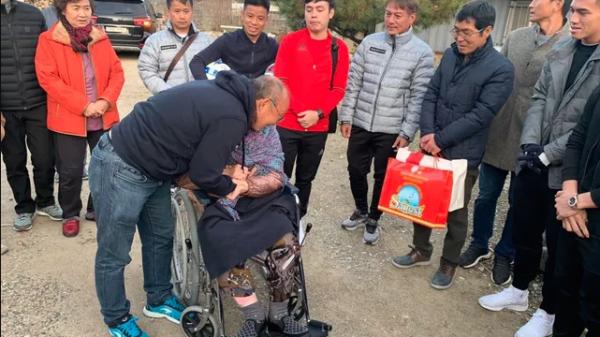Ông Park Hang-seo dẫn học trò U23 về thăm mẹ ở quê nhà
