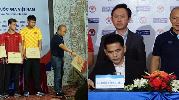Thiếu vắng trợ lý ngôn ngữ, HLV Park Hang-seo không hiểu ý rồi từ chối nhận quà khiến nhà tài trợ Thái Lan đứng hình