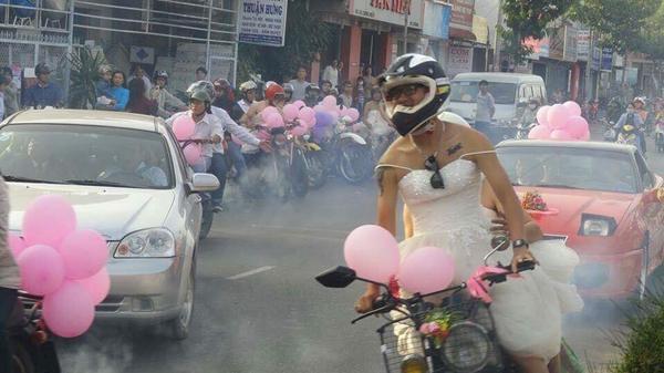 Đoàn rước dâu toàn 'các anh chuẩn men mặc váy cưới' khiến cả khu phố náo loạn