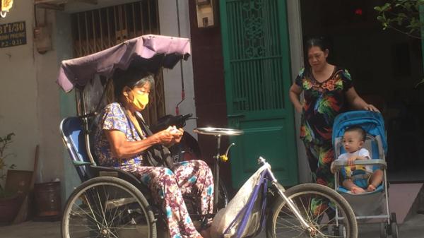 Trao tiền hỗ trợ cho 24 người bán vé số ở huyện Phú Quý
