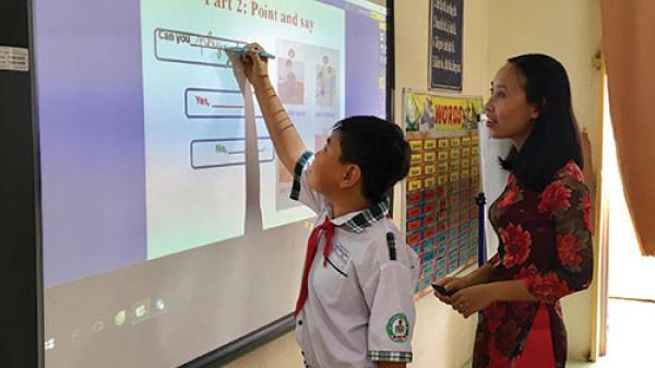 """Bình Thuận: Học sinh hứng thú với """"phòng học thông minh"""""""