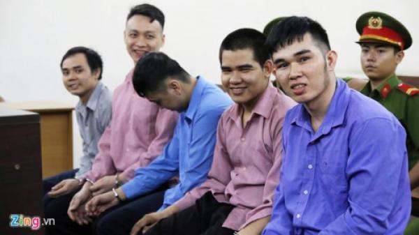 Biểu cảm bất thường của nhóm thanh niên khi hầu tòa tội giết người
