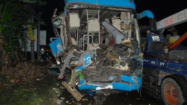 Tông xe liên hoàn trên quốc lộ, 13 người thương vong trên chuyến xe từ miền Tây lên TP.HCM
