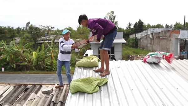 Clip: Người dân Cà Mau chằng chéo nhà cửa trước giờ bão đổ bộ