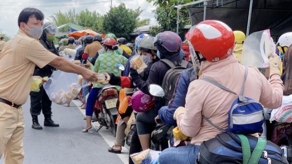 Cảnh sát tặng bánh mì cho đoàn người đi xe máy về quê