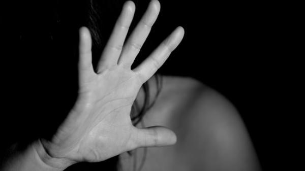 Ngủ chung giường, bé gái 12 tuổi Cà Mau bị anh họ hiếp dâm