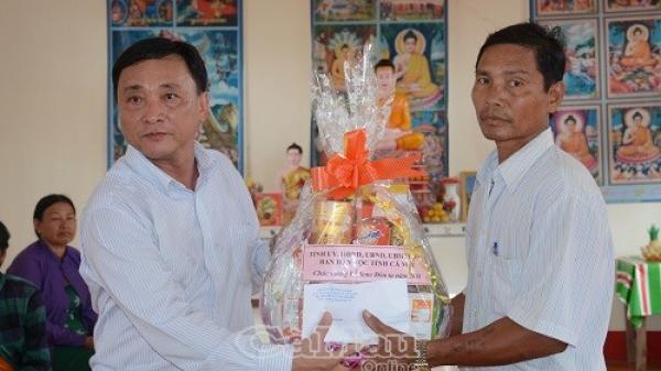 Thăm, tặng quà đồng bào Khmer huyện Đầm Dơi