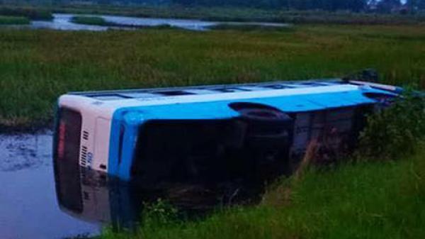 Cà Mau: Ôtô khách mất lái, lao thẳng xuống vuông tôm