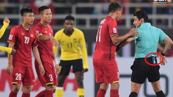 Bình xịt kì lạ đằng sau lưng quần của các trọng tài tại AFF Cup 2018 dùng để làm gì?