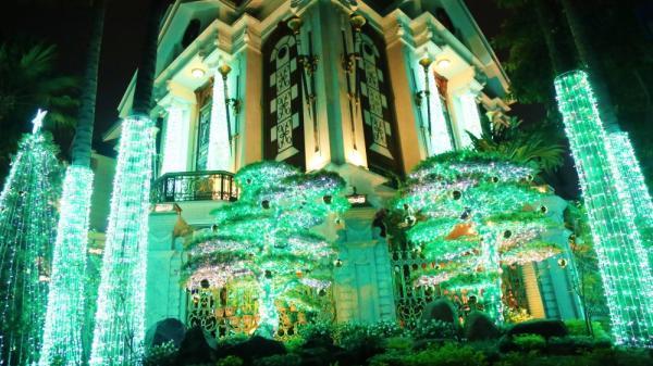 """Những biệt thự triệu đô ở phố nhà giàu Sài Gòn được trang hoàng lộng lẫy như """"cung điện"""" để đón Noel"""