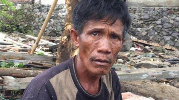 Lựa chọn giữa cư'u vợ hoặc cứu mẹ trong cơn so'ng thần, người đàn ông Indonesia buộc phải đưa ra quyết định n-ghiệt n-gã