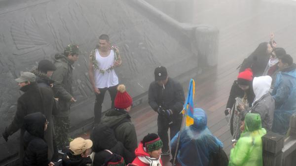 Thanh niên Sài Gòn mặc áo ba lỗ thách thức giá lạnh 0 độ C ở Fansipan