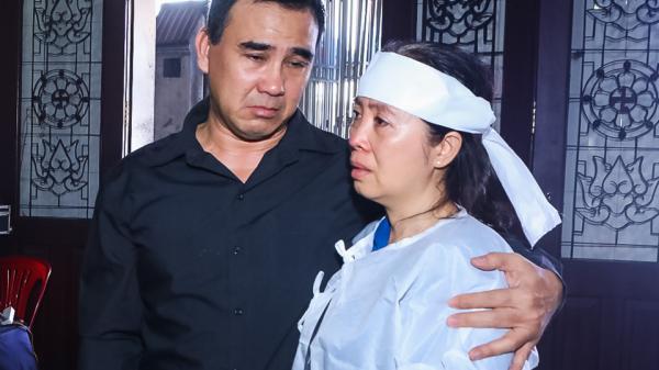 Quyền Linh, Anh Đức cùng dàn nghệ sĩ khóc nghẹn khi đến viếng ông bầu sân khấu kịch Sài Gòn Mạnh Tràng
