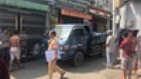Bé gái 2 tuổi bị xe ben chạy lùi c.án qua người t.ử vong ở Sài Gòn