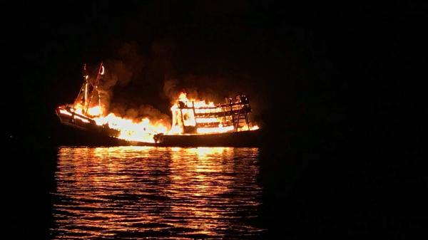 Miền Tây: Tàu cá bất ngờ bốc cha'y ngùn ngụt giữa đêm khuya khi đang neo đậu trên sông