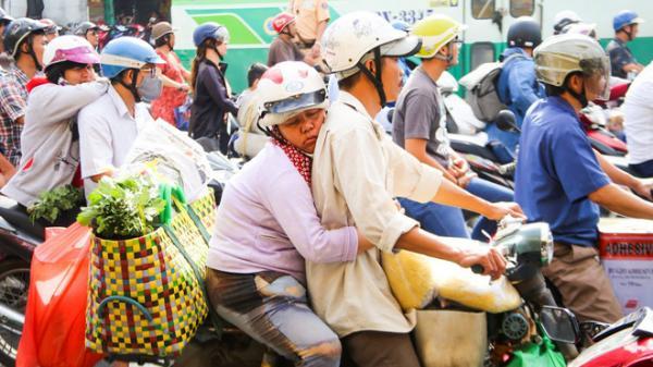 Người phụ nữ lấm lem siết chặt cái ôm, tranh thủ dựa lưng chồng chợp mắt trên đường phố Sài Gòn khiến nhiều người rưng rưng