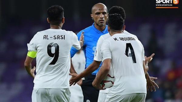 Cho Việt Nam hưởng quả phạt trực tiếp, trọng tài người Oman bị cầu thủ Yemen quây và phản ứng gay gắt