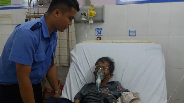 """Bảo vệ bệnh viện ở Sài Gòn """"bỏ việc"""" cõng bệnh nhân vào viện cấp cứu"""