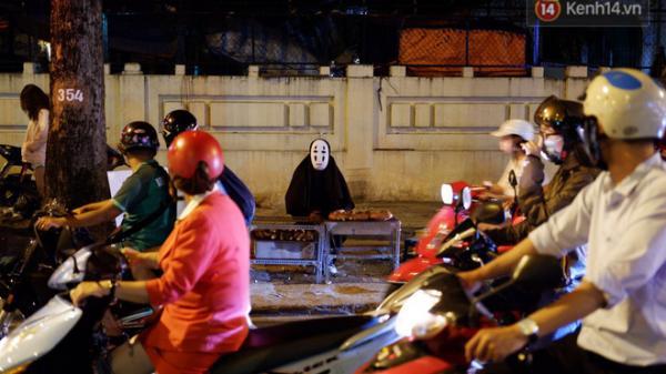 Một anh chàng duyên hết sức trên vỉa hè Sài Gòn: 'Muốn làm người lương thiện, Vô Diện phải bán khoai!'