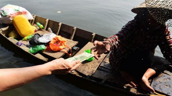Người Sài Gòn phải chi tiền để cứu cá của ông Táo không bị vợt