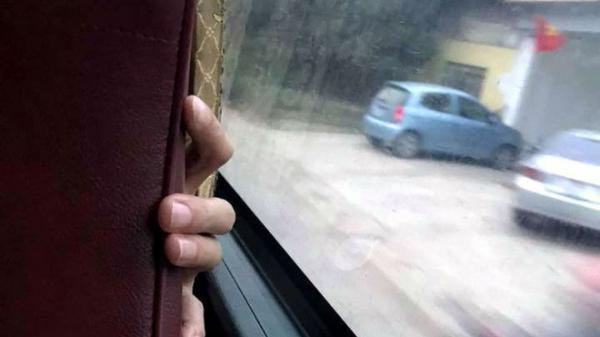 """Ám ảnh kinh hoàng trên chuyến xe về quê ăn Tết: Cô gái trẻ bị """"đôi tay hư hỏng"""" này tìm cách sàm sỡ"""