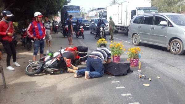 Chồng gào khóc ôm t hi thể vợ bị xe khách cán c hết tại chỗ trên đường trở lại Sài Gòn