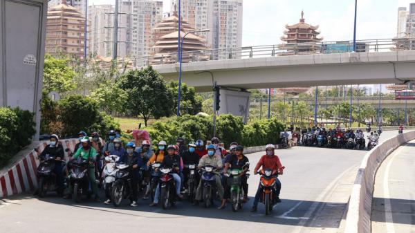Người dân Sài Gòn 'khổ sở' vật lộn dưới tiết trời nắng nóng