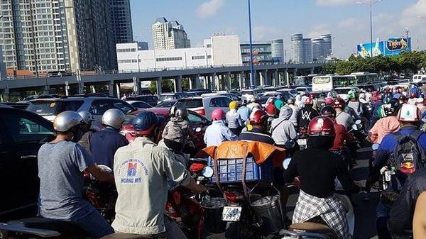 Khổ như người Sài Gòn: Sáng sớm đã phải chịu cảnh nắng nóng, kẹt xe kinh hoàng