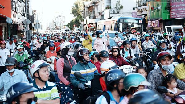 Hàng nghìn người Sài Gòn đổ về quận 5 chiêm ngưỡng màn trình diễn đón Tết Nguyên Tiêu