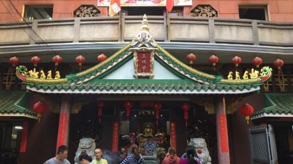 Dân Sài Gòn xin quẻ ngôi chùa đầu tiên Việt Nam áp dụng công nghệ 4.0
