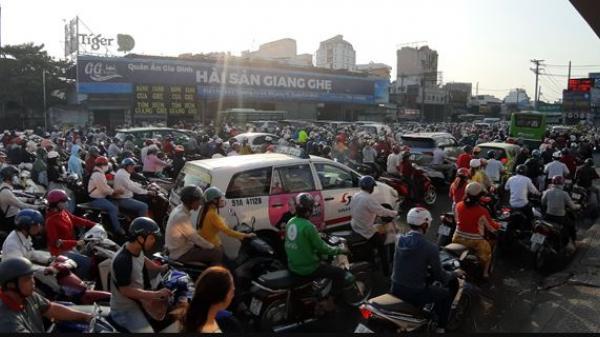 Giao thông ùn tắc nghiêm trọng ở cửa ngõ phía tây bắc TP Hồ Chí Minh