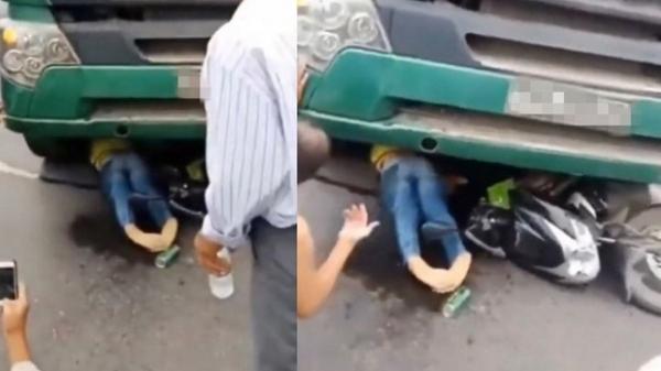 Người dân la hét, ra sức giải cứu cô gái dừng đèn đỏ bị xe tải cán: Hành động của một người gây phẫn nộ