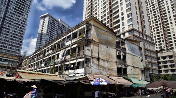"""Bên trong chung cư ở Sài Gòn như """"răng rụng"""" khiến người dân lo lắng vì nguy cơ đổ sập"""