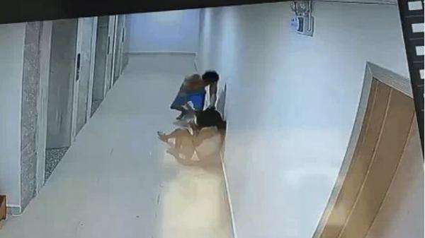 CLIP: Người đàn ông cầm chổi quất lia lịa vào đầu cô gái ở hành lang chung cư gây phẫn nộ